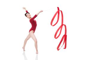 Female gymnast performing rhythmic gymnastics with ribbonの写真素材 [FYI02211947]