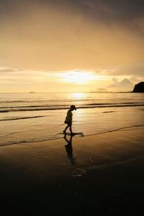 Boy at beach during sunset in Ko Lanta, Thailandの写真素材 [FYI02211954]