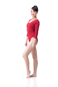 Portrait of female gymnast smilingの写真素材 [FYI02211986]