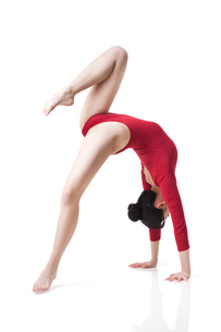Female gymnast performing rhythmic gymnasticsの写真素材 [FYI02211988]