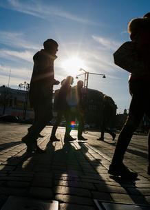 People walking on the streets of Helsinki, Finlandの写真素材 [FYI02212000]