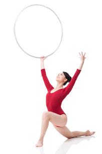 Female rhythmic gymnast performing with hoopの写真素材 [FYI02212007]