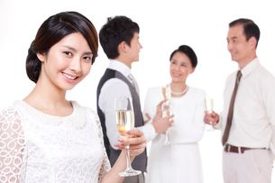 Joyful young woman with champagne fluteの写真素材 [FYI02212021]