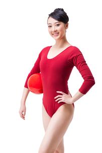 Portrait of female rhythmic gymnast with ballの写真素材 [FYI02212037]