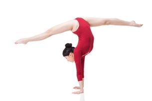 Female gymnast performing rhythmic gymnasticsの写真素材 [FYI02212041]