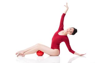 Female rhythmic gymnast performing with ballの写真素材 [FYI02212049]