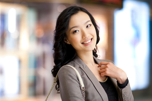 Portrait of cheerful young womanの写真素材 [FYI02212053]