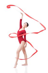 Female gymnast performing rhythmic gymnastics with ribbonの写真素材 [FYI02212054]