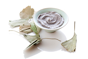 Organic herbal cream mask with ginkgo leavesの写真素材 [FYI02212085]