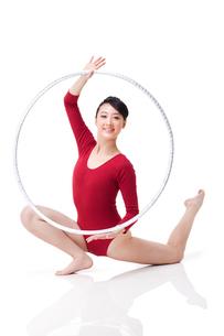Female rhythmic gymnast performing with hoopの写真素材 [FYI02212158]