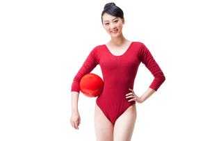 Portrait of female rhythmic gymnast with ballの写真素材 [FYI02212190]