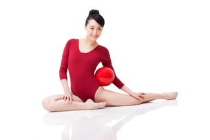 Female rhythmic gymnast performing with ballの写真素材 [FYI02212232]