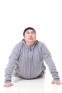 Overweight man doing push-upsの写真素材 [FYI02212450]