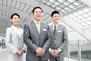 Confident business team at the airportの写真素材 [FYI02212454]