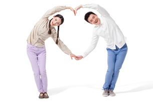 Retro couple making heart shape with their armsの写真素材 [FYI02212553]