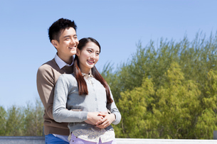 Sweet young couple outdoorsの写真素材 [FYI02212592]
