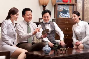 Business people admiring antiquesの写真素材 [FYI02212626]