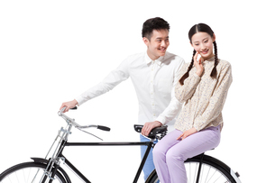 Sweet retro couple with an old-fashioned bicycleの写真素材 [FYI02212637]