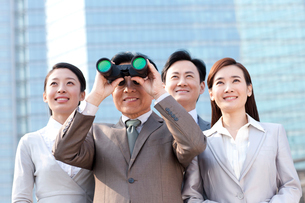 Professional business team looking with binocularsの写真素材 [FYI02212652]