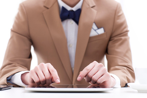 Trendy businessman with digital tabletの写真素材 [FYI02212666]