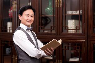 Fine gentleman reading a bookの写真素材 [FYI02212686]
