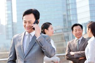 Cheerful businessman on the phoneの写真素材 [FYI02212698]