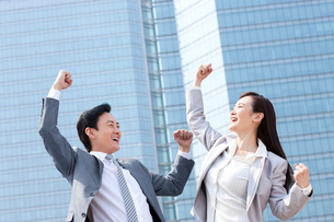 Excited business partners punching the airの写真素材 [FYI02212702]