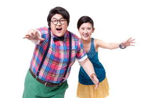 Funny fat man and girlfriend running forwardの写真素材 [FYI02212754]