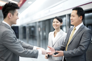 Businessman handing over business card to new friends on subの写真素材 [FYI02212782]