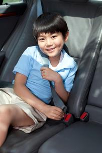 Cute little boy sitting in car back seatの写真素材 [FYI02212820]