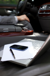 Laptop and mobile phone on car seatの写真素材 [FYI02212868]