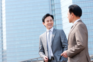 Cheerful business partners in discussionの写真素材 [FYI02212878]