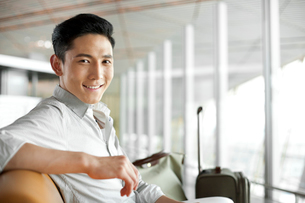 Young man waiting in airport loungeの写真素材 [FYI02213015]