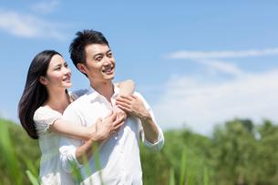 Sweet young couple outdoorsの写真素材 [FYI02213073]