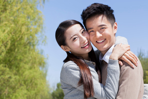 Sweet young couple embracing outdoorsの写真素材 [FYI02213087]