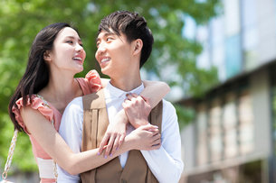 Sweet young couple in loveの写真素材 [FYI02213110]