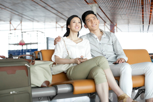 Young couple waiting in airport loungeの写真素材 [FYI02213117]