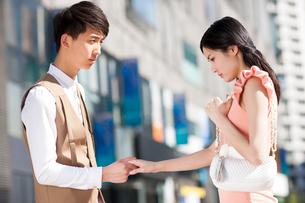 Young Chinese couple saying good-byeの写真素材 [FYI02213129]