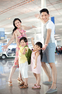 Cheerful family at the airportの写真素材 [FYI02213282]