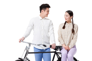 Retro couple with an old-fashioned bicycleの写真素材 [FYI02213294]
