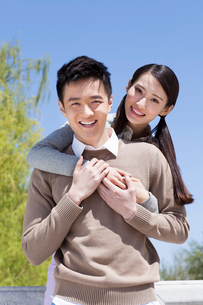 Sweet young couple outdoorsの写真素材 [FYI02213328]