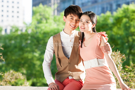 Sweet young Chinese couple datingの写真素材 [FYI02213366]