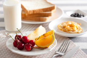 Fruit with milk and breadの写真素材 [FYI02213463]