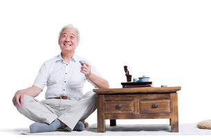 Happy senior man having teaの写真素材 [FYI02213484]
