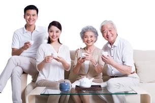 Cheerful family having teaの写真素材 [FYI02213502]