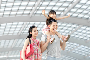 Cheerful young family at the airportの写真素材 [FYI02213540]