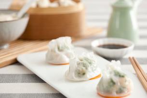 Traditional Chinese breakfast shrimp dumplingsの写真素材 [FYI02213571]
