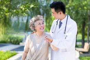 Doctor taking care of patientの写真素材 [FYI02213574]