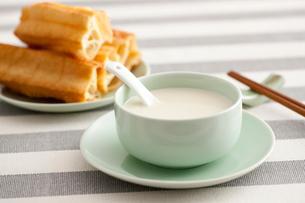 Soybean milk and fried sticksの写真素材 [FYI02213612]