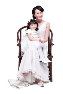 Happy mother with little daughter sitting on lapの写真素材 [FYI02213616]